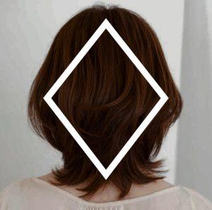 ひし形ミディアムは、小顔効果もあると言われている人気の髪型。 肩のラインあたりでくびれるラインが女らしくて素敵ですね。  女性らしさもあるフォルムで、ボブよりも